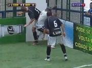 Coup de boule sur arbitre foot en salle